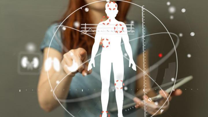 Mensch im Hintergrund der auf digitalisierten Körper zeigt