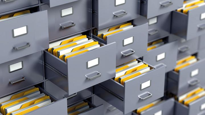 geöffnete Schubladen von Aktenschrank