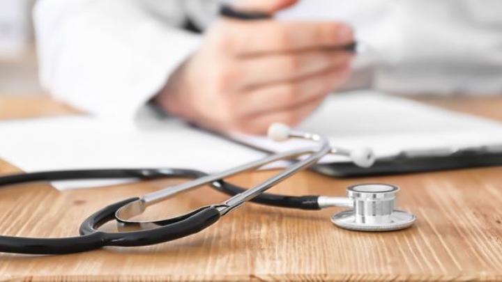 Arzt sitzend am Tisch