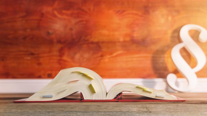 Gesetzesbuch und Paragraph