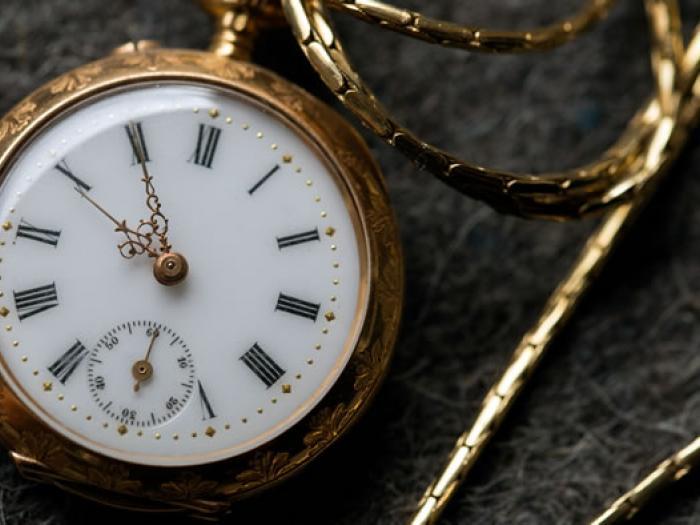 Taschenuhr in Gold mit weißem Ziffernblatt, Erbrecht
