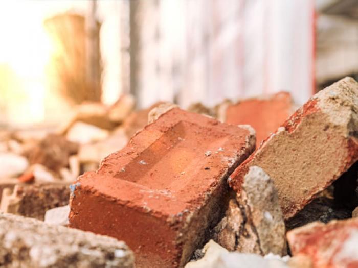 Tümmerhaufen aus Beton und Ziegelsteinen, Versicherungsrecht